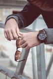 Horloge op mensenhand stock afbeeldingen