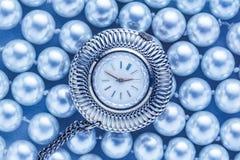 Horloge op witte parel Royalty-vrije Stock Fotografie