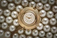 Horloge op witte parel Stock Foto's