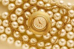 Horloge op witte parel Royalty-vrije Stock Foto's
