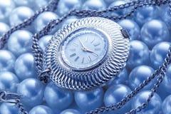 Horloge op witte parel Stock Afbeelding