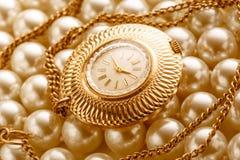Horloge op witte parel Royalty-vrije Stock Afbeeldingen