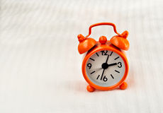 Horloge orange photographie stock