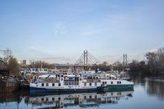 Horloge over de haven van ada brug stock afbeeldingen