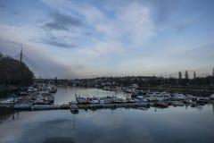 Horloge over de haven van ada meer stock fotografie