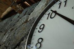 Horloge près de la piscine thermique image stock