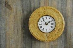 Horloge ronde de bouleau karélien Photo stock