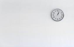 Horloge ronde en métal sur le mur blanc Photo stock