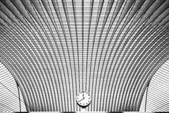 Horloge ronde simple dans l'intérieur futuriste Photos stock