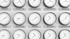 Horloge ronde temps montrant Miami, Etats-Unis dans des fuseaux horaires du monde animation 3D banque de vidéos