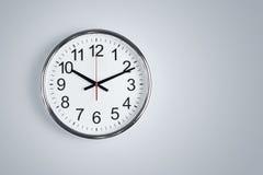 Horloge s'arrêtant au mur Image stock