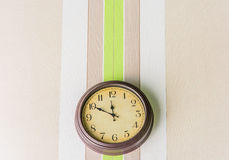 Horloge s'arrêtant sur le mur Image libre de droits