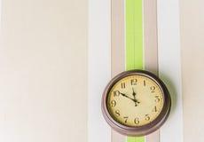 Horloge s'arrêtant sur le mur Images libres de droits