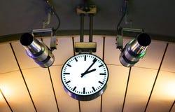 Horloge s'arrêtant sur le plafond Photo stock