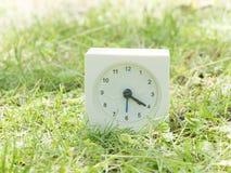 Horloge simple blanche sur la cour de pelouse, 4h20 quatre vingt Photographie stock libre de droits