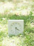 Horloge simple blanche sur la cour de pelouse, 4h20 quatre vingt Photos libres de droits