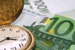 Horloge sur des euro Photographie stock
