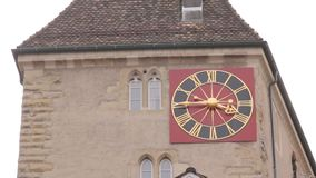Horloge sur la façade de bâtiment clips vidéos