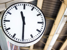 Horloge sur la station Photos libres de droits