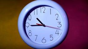 horloge sur le fond coloré banque de vidéos