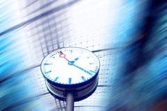Horloge sur le fond de tache floue Images stock