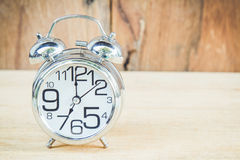Horloge sur le fond en bois Image stock