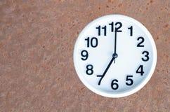 Horloge sur le fond rouillé en acier Images stock