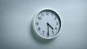 4 horloge 30 sur le mur banque de vidéos