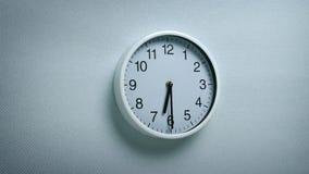 6 horloge 30 sur le mur banque de vidéos