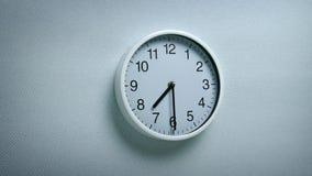 7 horloge 30 sur le mur banque de vidéos