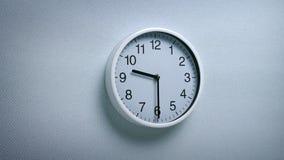 9 horloge 30 sur le mur banque de vidéos
