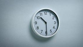 10 horloge 30 sur le mur banque de vidéos