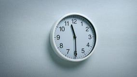 11 horloge 30 sur le mur banque de vidéos