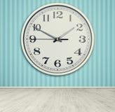 Horloge sur le mur bleu Photo stock
