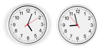 Horloge sur le mur d'isolement avec le chemin de découpage Photographie stock libre de droits