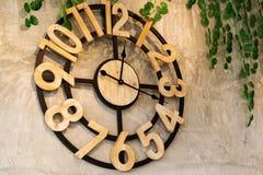 Horloge sur le mur dans un café Photo libre de droits
