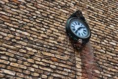 Horloge sur le mur de briques Photos stock