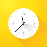 Horloge sur le mur jaune Photos stock