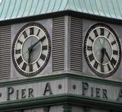 Horloge sur le pilier une tour, stationnement de batterie, New York City Photos libres de droits