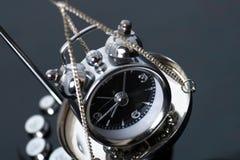 Horloge sur les échelles image libre de droits