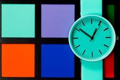 Horloge sur un fond coloré Abstraction minimalisme Image stock
