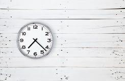 Horloge sur un mur en bois blanc Image libre de droits