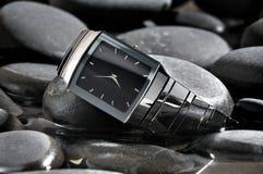 Horloge sur une pierre Photos stock
