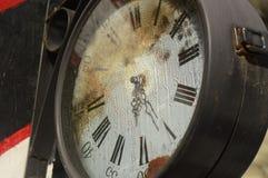 Horloge très vieille et rouillée de rue photographie stock libre de droits