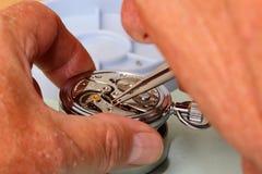 Horlogemaker die aan pocketwatch werken Royalty-vrije Stock Foto's