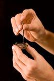 Horlogemaker die oud geschuurd horloge herstelt Stock Afbeelding