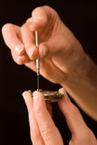 Horlogemaker die oud geschuurd horloge herstelt Royalty-vrije Stock Foto's