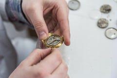 Horloger, réparation des montres, empêchant l'horloge, nettoyant l'horloge Images libres de droits