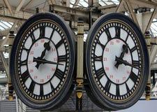 Horloges avec 24 heures d'inscriptions à la station de Waterloo Photos libres de droits