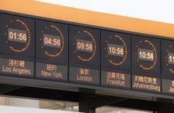 Horloges dans un aéroport Images stock